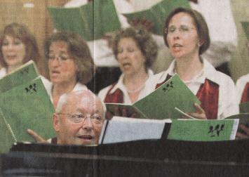 Das Vocal Ensemble unter der Leitung von Armin Kneubühler (vorne am Flügel) beim Konzert im Burgbach in Zug - Foto Patrick Pauli