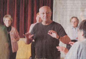 Armin Kneubühler singt und tanzt mit den Senioren im Lasalle-Haus